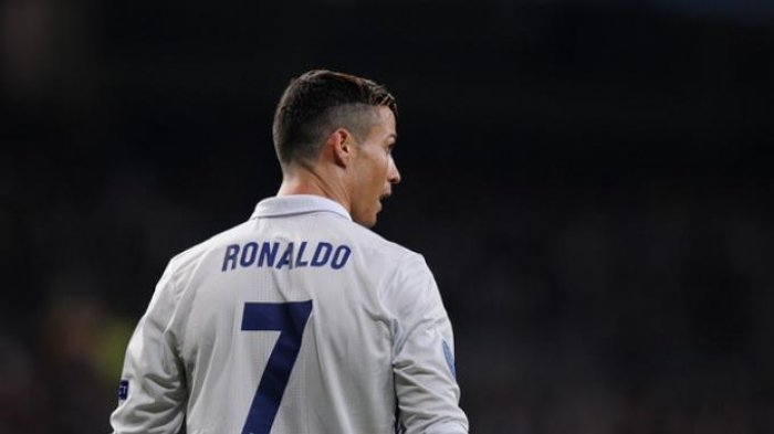 Ronaldo Rayakan Gol Ramos di Tribun VIP