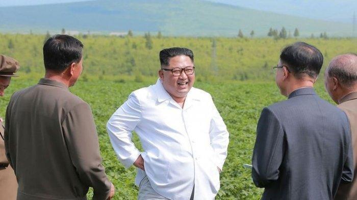 Foto Kemunculan Perdana Kim Jong Un setelah Dikabarkan Meninggal, Potong Pita Resmikan Pabrik Pupuk