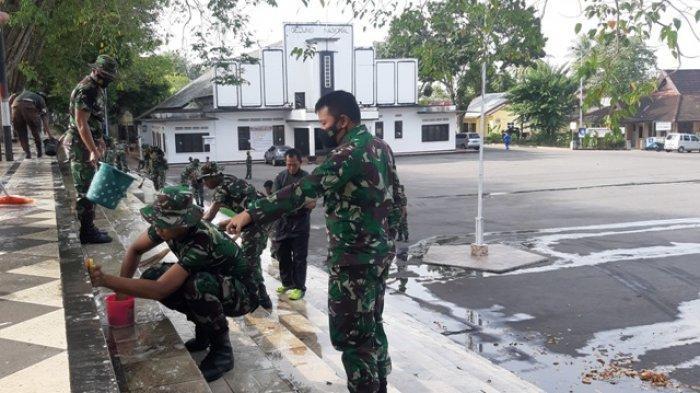Prajurit Kodim 0414 Belitung Bersihkan Tangga Genas, Dandim Ajak Pengunjung Jaga Kebersihan