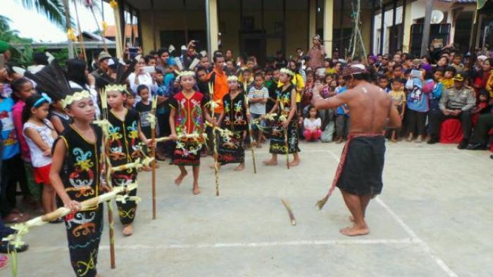 Masyarakat Dayak Tontonkan Mandi Duri dalam Wisata Budaya