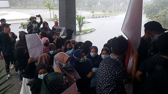 Mahasiswa Tinggalkan Spanduk di Pagar Gedung DPRD Kabupaten Belitung, Usai Gelar Aksi