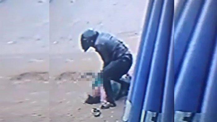 Jambret Bersenjata Tajam Terekam CCTV Saat Rebut Perhiasan Ibu-ibu