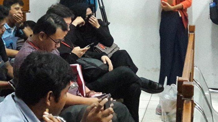 Istri Gatot Brajamusti Menangis Suami Divonis 9 Tahun Penjara