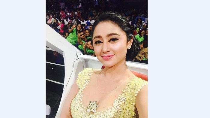 Dewi Perssik Posting Video Keluarkan Asap dari Mulut, Netizen: Dewi Mulai Kapan Merokok?
