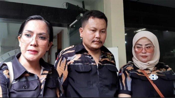 Dewinta Bahar (kanan berkerudung) bersama beberapa anggota umum dalam organisasi masyarakat Srikandi yang menekan Polda Metro Jaya untuk segera menuntut video syur mirip Giselle, Polda Metro Jaya, Jakarta Selatan, Senin (23/11/2020).