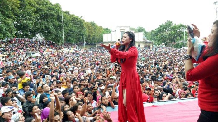 Dewi Perssik Meriahkan Kampanye Akbar Pasangan Rustam Effendi - M Irwansyah