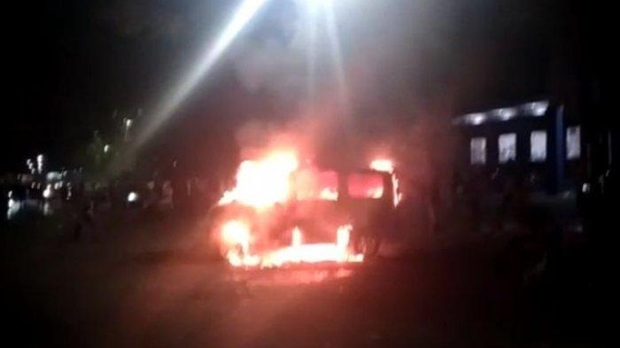 Ambulans Dibakar dan Kantor Partai Nasdem Dirusak pada Aksi Unjuk Rasa Tolak Omnibus Law yang Ricuh