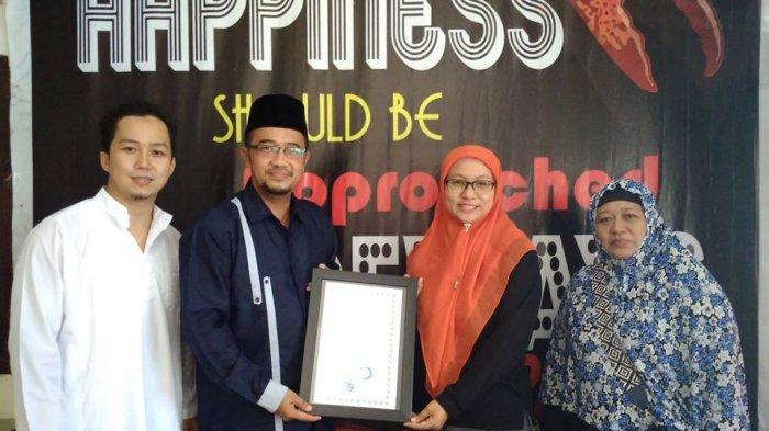 Dua Usaha Kuliner di Belitung Bersertifikat Halal - direktur-lppom-mui-nardi-pratomo-saat-menyerahkan-sertifikat-halal-kepada-pemilik-usaha-ketam-is_20180320_221533.jpg
