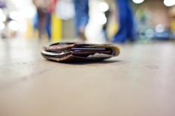 Yuliana Menangis dan Memeluk Polisi yang Tolak Imbalan Usai Menemukan Dompatnya yang Hilang