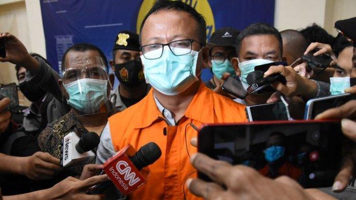 Menteri Kelautan dan Perikanan Edhy Prabowo (tengah) menjawab pertanyaan wartawan usai konferensi pers penetapan tersangka kasus dugaan korupsi ekspor benih lobster di Gedung KPK, Jakarta, Kamis (26/11/2020) dini hari. KPK menetapkan tujuh tersangka dalam kasus korupsi tersebut, salah satunya yakni Menteri Kelautan dan Perikanan Edhy Prabowo. ANTARA FOTO/Indrianto Eko Suwarso/aww.