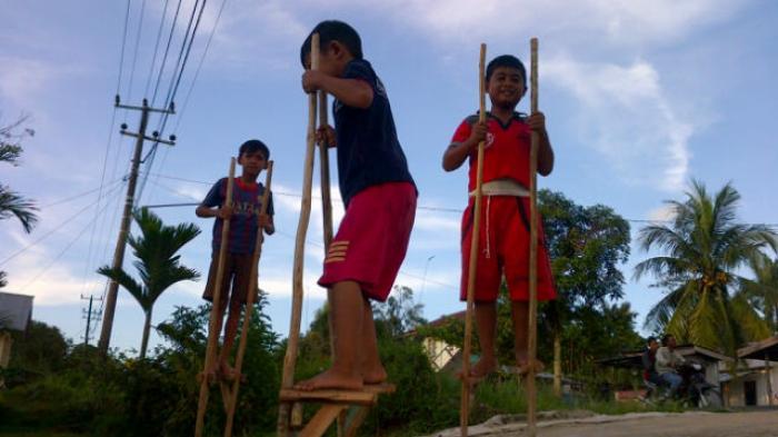 Permainan Tradisional Egrang Masih Diminati Anak Anak Pos Belitung