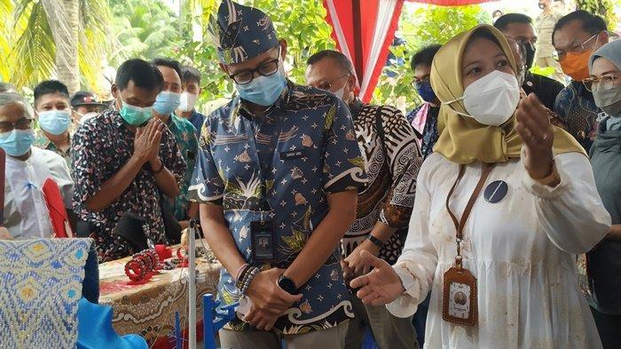 Menparekraf Sandiaga Uno Lihat Produk Ekonomi Kreatif Desa Batu Itam Belitung