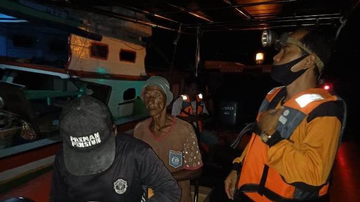 Proses evakuasi nelayan Manggar oleh Tim Sar Gabungan Manggar, Selasa (1/12/2020)