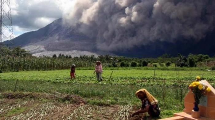 Medan Diguyur Hujan Abu Vulkanik Gunung Sinabung