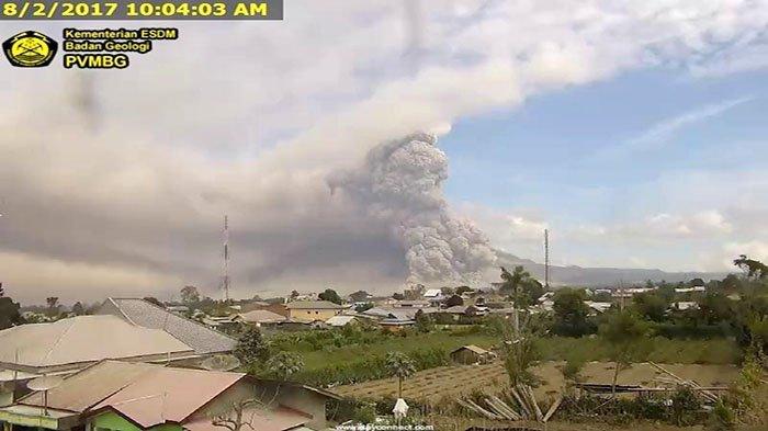 Semburan Dahsyat Erupsi Sinabung, Arah Barat Gelap Tertutup Awan Panas