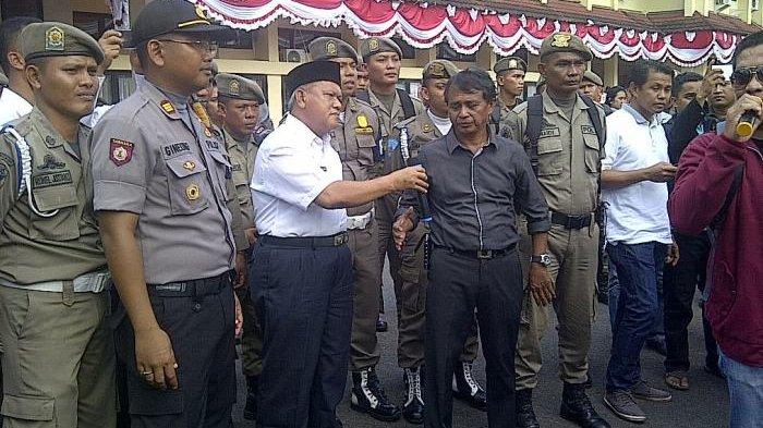 Temui Ratusan Pendemo, Wabup Belitung Beberkan Kenapa Bupati Tak Temui Massa
