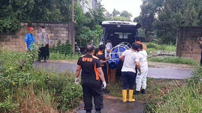 Proses evakuasi penemuan mayat di Dusun Selumar, Desa Selinsing, Keamatan Gantung Belitung Timur, Kamis (18/11/2020)