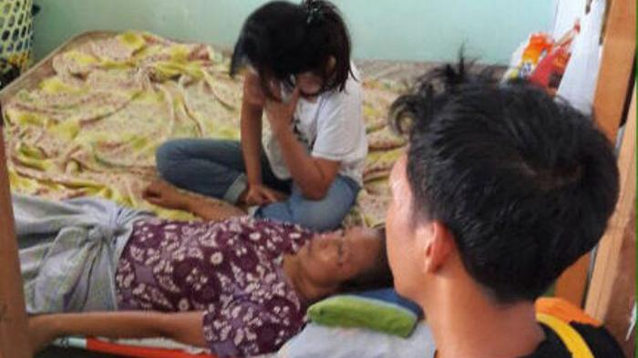 Terbaring Sakit di Lantai Dua Rumahnya, Nenek Ini Harus Dievakuasi Team Reaksi Cepat - evakuasi_20160911_212446.jpg
