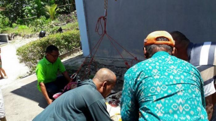 Terbaring Sakit di Lantai Dua Rumahnya, Nenek Ini Harus Dievakuasi Team Reaksi Cepat - evakuasi_20160911_212647.jpg