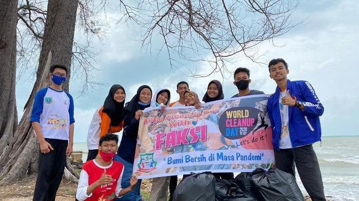 Anggota FAKSI Belitung Timur saat mengumpulkan sampah di pantai, Sabtu (19/9/2020).