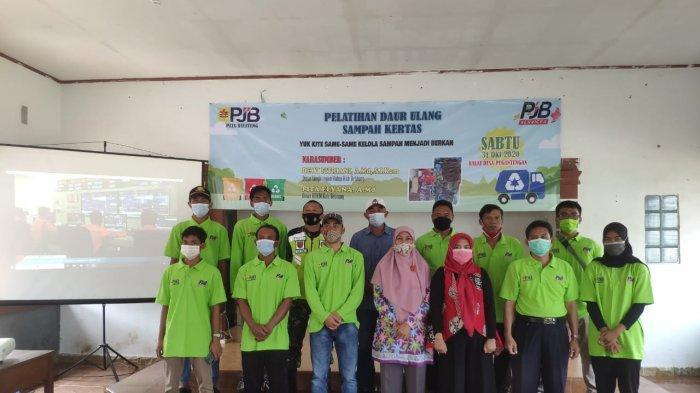 PT PJB UBJOM Luar Jawa 2 - PLTU Belitung Peduli Lingkungan dan Masyarakat Sekitar - foto-bersama-perwakilan-peserta-pelatihan-daur-ulang-sampah.jpg