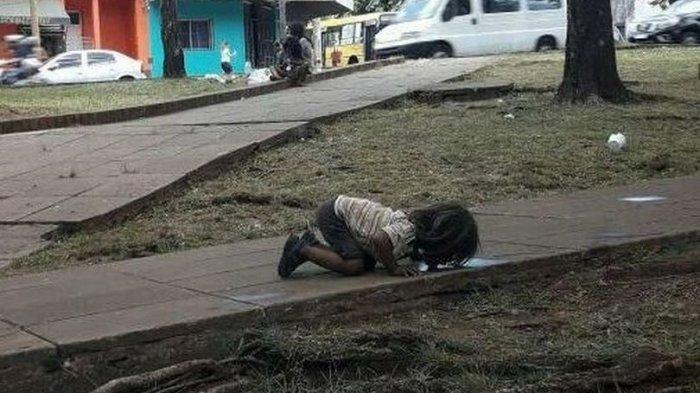 Miris! Gadis Pengemis Cilik itu Minum Air Seperti Anjing, Fotonya Beredar Mengguncang Dunia