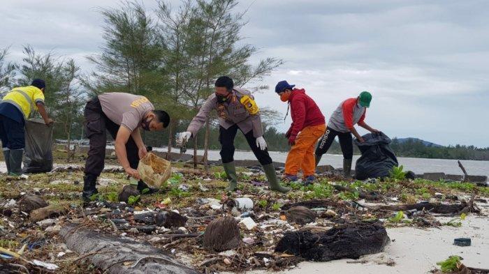 Polres Beltim Bebersih Sampah Setelah Banjir di Pantai Menara