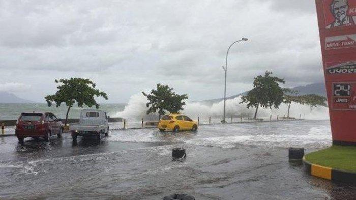 Warga Pesisir Panik, Gelombang Tinggi Mirip Tsunami Terjang Pantai Manado, Perahu Nelayan Rusak