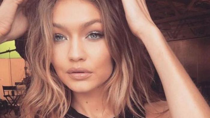 Ketika Model Cantik Gigi Hadid Nyaris Tergelincir Saat Bawakan Gaun Seksi Dengan Gaya Terbuka