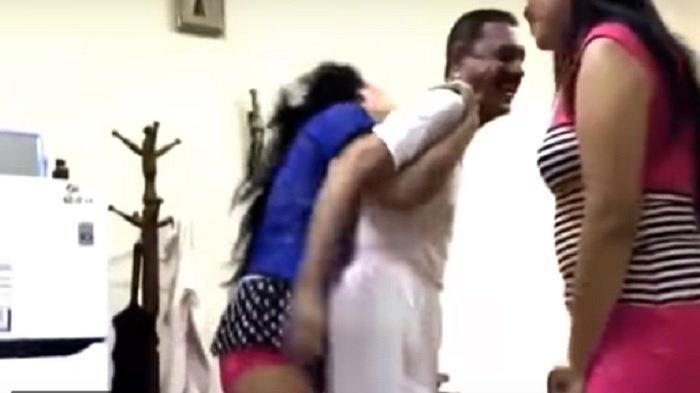 Heboh, Dua TKW Seksi Lakukan Ini pada Pria Berwajah Arab, Videonya Bikin Melongo