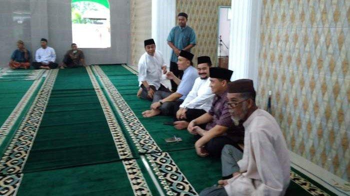 Masjid Tak Terletak di Pinggir Jalan Raya, Abdi Tak Menyangka Gubernur Bertahan Hingga Tarawih