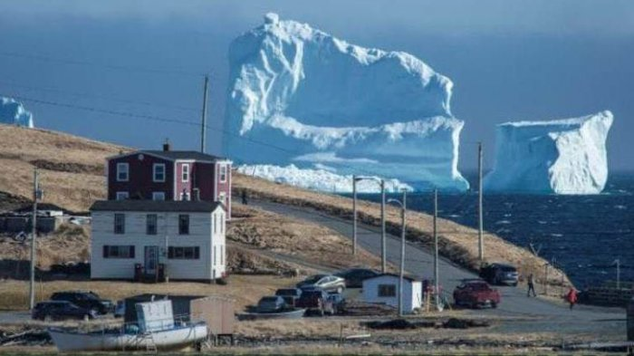 Gunung es setinggi 46 meter ini terjebak di laut dangkal dekat kota Ferryland, Kanada.