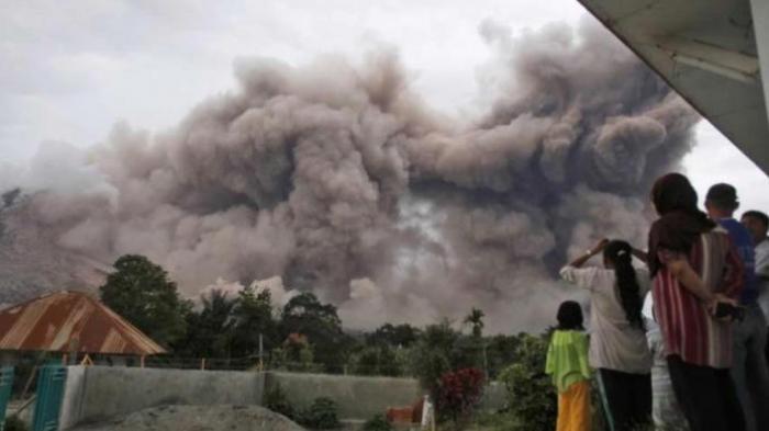 Gunung Sinabung Luncurkan Awan Panas, Tiga Orang Tewas