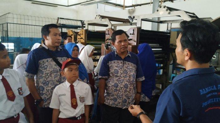 Siswa SD Negeri 9 Manggar Belajar Proses Produksi Koran Pos Belitung