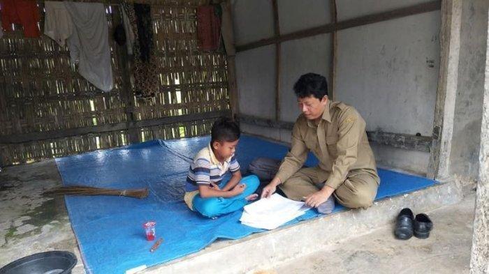 Tak Semua Siswa Mampu Belajar dari Rumah, Guru Ini Datangi Muridnya ke Rumah, Kisahnya Viral