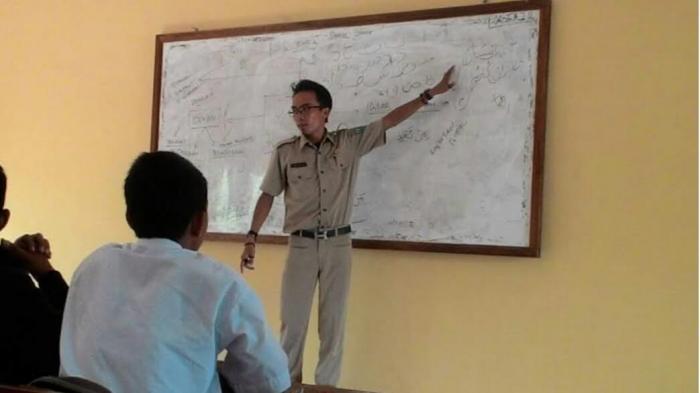 Guru Honor di Belitung Ini Terima Gaji Rp 1 Juta, Cari Sampingan Menyanyi