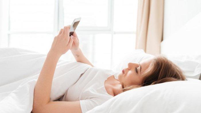 Hentikan Sekarang! Kebiasaan Langsung Memeriksa HP saat Bangun Tidur, Akibatnya Bisa Depresi