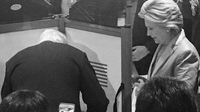 Warga Sambut Hangat Hillary Clinton saat Mencoblos di New York