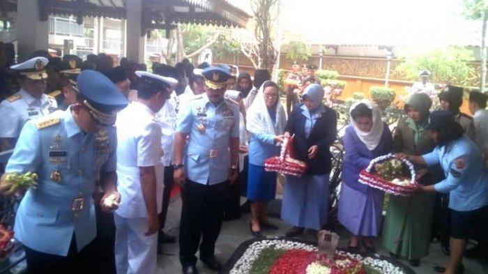 Panglima TNI Marsekal Hadi Tjahjanto Ziarah Ke Makam Gus Dur