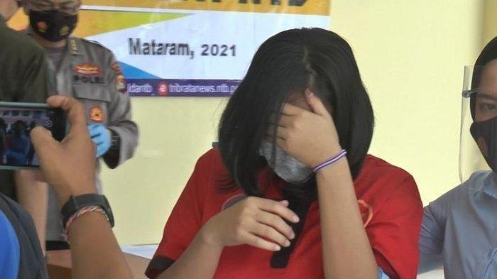 Seorang ibu rumah tangga berinisial DW saat berada di Polda Nusa Tenggara Barat.