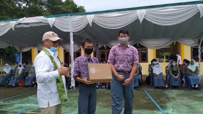 M. Ikhwan dan Septian, dua sekawan siswa SMAN 1 Tanjungpandan setelah pemberian laptop dari Gubernur Bangka Belitung Erzaldi Rosman Djohan, di SMKN 2 Tanjungpandan, Rabu (4/11/2020).