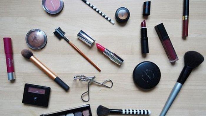 Membiarkan Kosmetik Menumpuk Bukanlah Ide Bagus, Ini 4 Tanda Kosmetik Harus