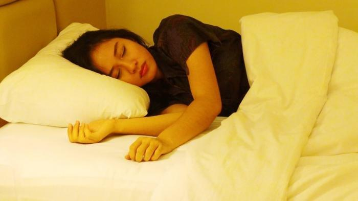 Wajib Tahu, Deretan Masalah Kesehatan Ini Bisa Kamu Alami Jika Sering Tidur dengan Rambut Basah