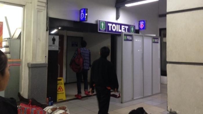 Bukan untuk Mempermalukan Penggunanya, Ini 9 Alasan Mengapa Pintu Toilet Umum Tak Menyentuh Lantai