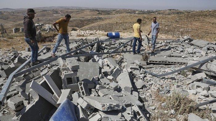 ILUSTRASI - Warga Palestina memeriksa puing-puing rumah mereka setelah dihancurkan oleh Israel di Tepi Barat, Palestina, Selasa (21/7/2020).