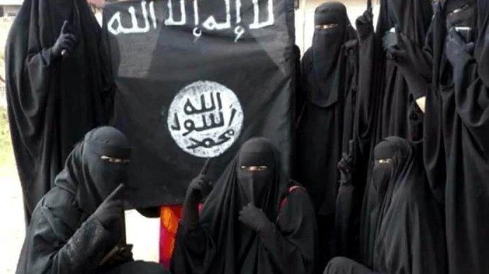 Wanita Ini Sesenggukan, Setelah Putrinya Diduga Gabung ISIS Dideportasi Dari Suriah