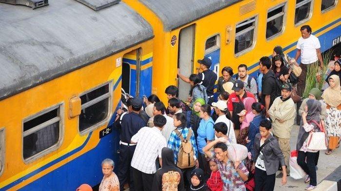 Hanya di Indonesia, Pengantre Tiket Kereta Api di Stasiun Ini Bukan Orang Tapi Sandal dan Botol