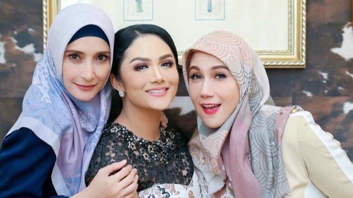 Foto Bertiga Kedcantikan Krisdayanti Seakan Tertelan Diantara Dua Aktris Legendaris