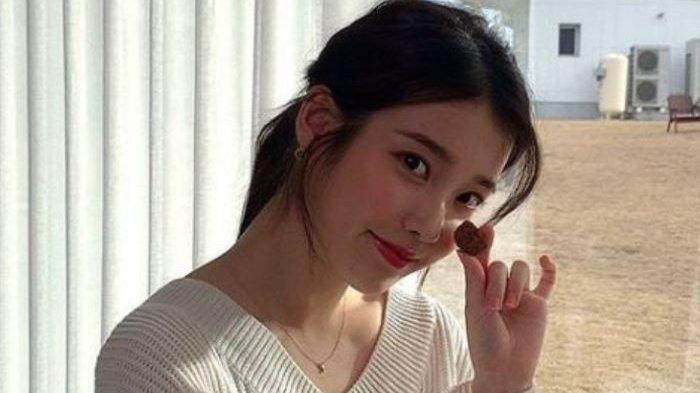 IU Rela Syuting 14 Jam hingga Nyanyi 60 Lagu Demi Mini Konser, Staf Produksi Pun Menangis Tersentuh!