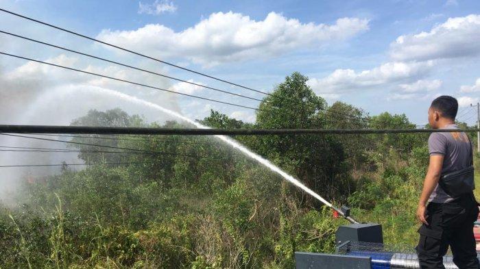 Polres Belitung Siram Lahan Kering Cegah Karhutla